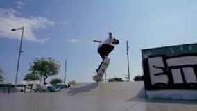 Skateboarderen gör ett trick utomhus lager videofilmer
