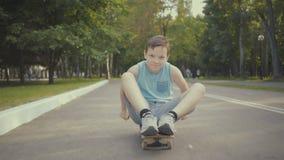 Skateboardergangen in een park met een skateboard stock videobeelden