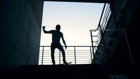 Skateboarders in de stad stedelijk levensstijlconcept stock video