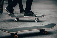Skateboarders die in een skatepark met een skateboard rijden royalty-vrije stock afbeeldingen