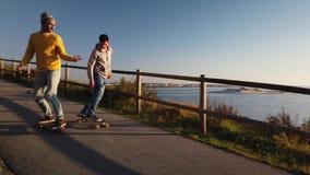 Skateboarders het kruisen stock videobeelden