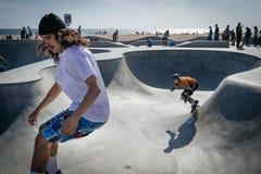 Skateboarders, het Strand van Venetië, Los Angeles stock afbeeldingen