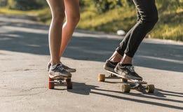 Skateboarders i parkera Arkivbild