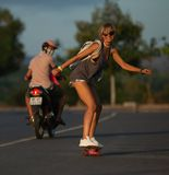Skateboarders rider skateboarden på solnedgången arkivfoton