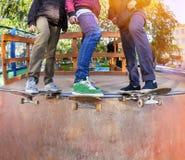 Skateboarders in skatepark stock afbeeldingen