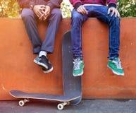 Skateboarders in skatepark stock foto
