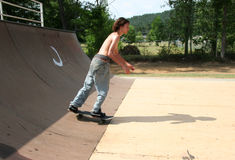 Skateboardfahrer auf Rampe Stockbild