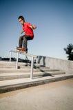 Skateboardfahrer auf Schiene Stockbilder