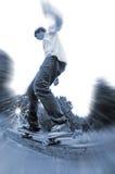 Skateboardfahrer auf Schiene stockfoto