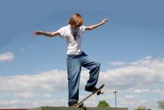 Skateboardfahrer in den Wolken Lizenzfreie Stockfotografie