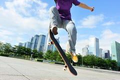 Skateboardfahrer, der an der Stadt Skateboard fährt lizenzfreie stockfotografie