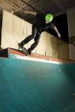Skateboardfahrer, der ein Schleifen auf Rampe tut Lizenzfreies Stockfoto