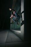 Skateboardfahrer, der ein Wallie auf einer Wand tut Stockfoto