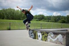 Skateboardfahrer, der ein Wallie in einem skatepark tut Stockfotos