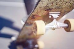 Skateboardfahrer, der einen Trick in einem Rochenpark, altes Skateboard der Nahaufnahme tut lizenzfreie stockbilder