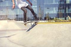 Skateboardfahrer, der einen Trick in einem Rochenpark, Praxisfreistil-Extremsport tut lizenzfreie stockfotografie