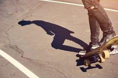 Skateboardfahrer, der einen Trick in einem Rochenpark, Praxisfreistil-Extremsport tut stockfotografie