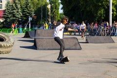 Skateboardfahrer, der einen Trick in einem Rochenpark tut stockfoto