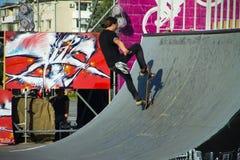 Skateboardfahrer, der einen Trick in einem Rochenpark tut stockbilder