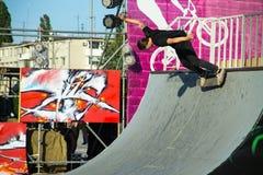 Skateboardfahrer, der einen Trick in einem Rochenpark tut lizenzfreie stockfotos
