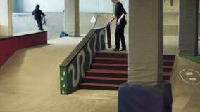 Skateboardfahrer, der fertig wird zu betrügen stock footage