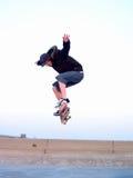 Skateboardfahrer in der Luft, die eine Bremsung tut Lizenzfreie Stockbilder