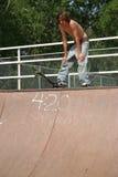 Skateboardfahrer an der Rampenoberseite Lizenzfreie Stockfotografie