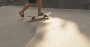 Skateboardfahrer, der Tricks auf seinem Skateboard tut Langsame Bewegung stock video footage