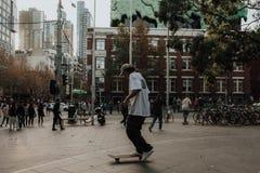 Skateboardfahrer, der Tricks an einem Rochenpark in einer Stadt tut stockfoto