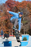 Skateboardfahrer geht zerstreut, Trick durchführend Lizenzfreie Stockbilder