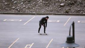 Skateboardfahrer im Kappenreiten auf Parkplatz, machen Trick, Ausfallung Extreme Liebhaberei stock video