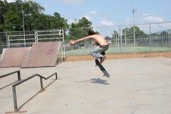 Skateboardfahrer im Park Stockfotos