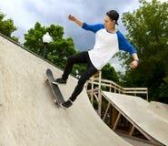 Skateboardfahrer im skatepark Lizenzfreie Stockbilder