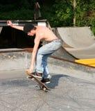 Skateboardfahrer-Landung-Trick Lizenzfreie Stockfotografie