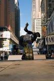 Skateboardfahrer reitet einen Halfpipe im Times Square in New York City Lizenzfreies Stockfoto