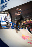 Skateboardfahrer reitet einen Halfpipe im Times Square in New York City Stockfoto
