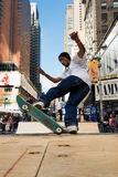 Skateboardfahrer reitet einen Halfpipe im Times Square in New York City Stockfotos