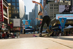 Skateboardfahrer reitet einen Halfpipe im Times Square in New York City Lizenzfreie Stockfotos