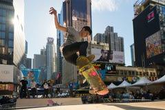 Skateboardfahrer reitet einen Halfpipe im Times Square in New York City Stockbilder