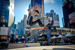 Skateboardfahrer reitet einen Halfpipe im Times Square in New York City Stockfotografie