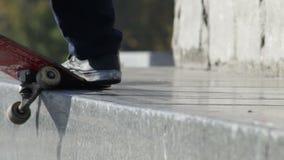 Skateboardfahrer tut den Schleifentrick, der auf granit Leiste auf Denkmal gekrümmt ist stock video