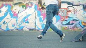 Skateboardfahrerausfallung Skaterboarder springt über einen Eimer, Zeitlupe stock video