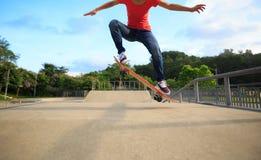 Skateboardfahrerbeine, die am skatepark Skateboard fahren Stockfotografie