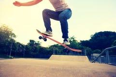Skateboardfahrerbeine, die am skatepark Skateboard fahren Lizenzfreie Stockbilder