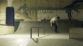 Skateboardfahrerdia auf den Schienen stock video footage