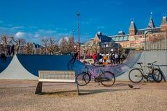 Skateboardhelling in Museumplein in Amsterdam wordt gevestigd dat royalty-vrije stock afbeeldingen