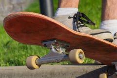 Skateboardhopp Ypung skateboarder som är klar att göra ett trick på hans bräde Grunt djup av sätter in fotografering för bildbyråer