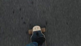 Skateboarding, езды конькобежца на асфальте, крупном плане взгляда сверху longb акции видеоматериалы