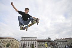 Skateboarding мальчика практикуя Стоковые Изображения