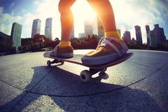 Skateboarding на городе восхода солнца стоковое фото rf